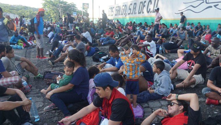 Migrantes que llevaban semanas en la ciudad mexicana de Tapachula, fronteriza con Guatemala, avanzan en su caravana hacia el norte del país. (Foto Prensa Libre: EFE).