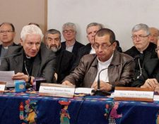 Monseñor Gonzalo de Villa, preside la Conferencia Episcopal de Guatemala (CEG). En la foto segundo a la izquierda. (Foto, Prensa Libre: Hemeriteca PL).