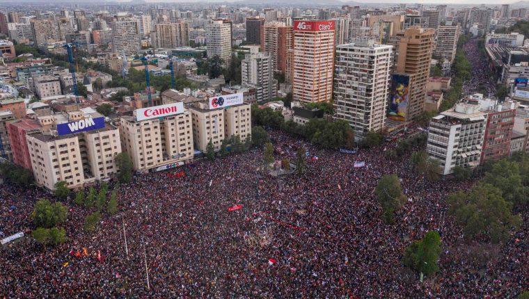 La gigantesca marcha coincide con el más grave estallido de violencia en Chile en los últimos 30 años. (Foto Prensa Libre: AFP)