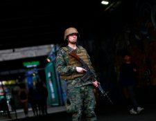 Soldados chilenos patrullan las calles de Santiago en las primeras horas del sábado después de una protesta masiva de evasión de tarifas en Santiago. (Foto Prensa Libre: AFP)