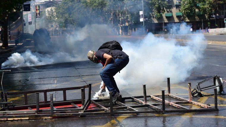 Continúa la tensión en Chile luego de manifestaciones contra el alza al precio del metro. (Foto Prensa Libre: AFP)