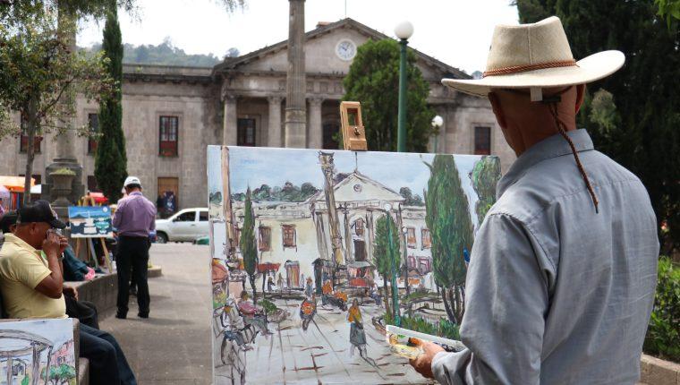 Uno de los artistas se inspiró en pintar la Casa de la Cultura y parte del Parque Central de Xela. (Foto Prensa Libre: Raúl Juárez)