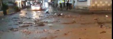 La Calle Real, zona 3 de Almolonga quedó inundada por el lodo y las piedras. (Foto Prensa Libre: Cortesía)