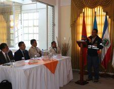 Personal de distintas instituciones estuvieron en la presentación oficial del plan para la recuperación de inundaciones. (Foto Prensa Libre: Raúl Juárez)
