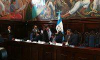 Diputados miembros de la comisión que investiga a la Cicig analizan la resolución de la CC. (Foto Prensa Libre: Manuel Hernández)