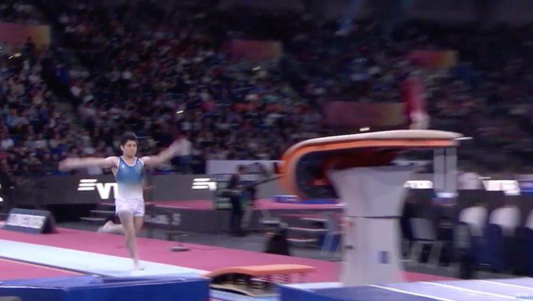 Jorge Vega a unos segundos para efectuar su salto al potro en el Mundial de Gimnasia Artística 2019. (Foto Prensa Libre: redes)