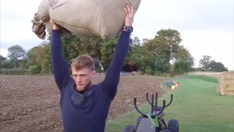 Tom Kemp lleva un sacos de cereal para ejercitarse. Deutsche Welle