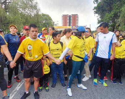 La 9a. Carrera a beneficio de Margarita Tejada arrancó con un caminatón encabezada por los alumnos de la fundación y sus familias. (Foto Prensa Libre: Érick Ávila)