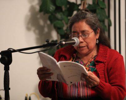 Celia Angélica Ajú, encargada del proceso de validación de la obra con la comunidad kaqchikel, lee el libro en su presentación. (Foto Prensa Libre: Juan Diego González)