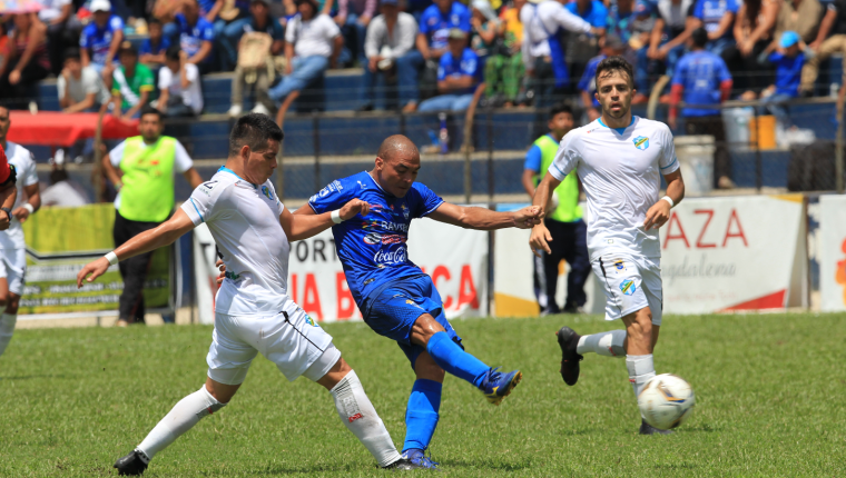 Janderson Pereira controla el balón tras el acoso de Robin Betancourth. (Foto Prensa Libre: Norvin Mendoza)