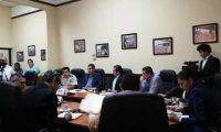 Autoridades del Ministerio de Gobernación, Sistema Penitenciario y Policía Nacional Civil participan en una reunión con miembros de la Comisión de Gobernación del Congreso. (Foto Prensa Libre: Carlos Álvarez)