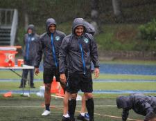 La intensa lluvia se hizo presente en la zona seis durante el entrenamiento de Comunicaciiones. (Foto Prensa Libre: Instagram @cremasoficial)