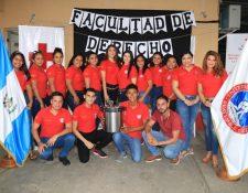 El grupo de universitarios entregó equipo para atender cirugías menores a socorristas de la Cruz Roja de Santo Tomás de Castilla, Puerto Barrios, Izabal. (Foto Prensa Libre: Dony Stewart)