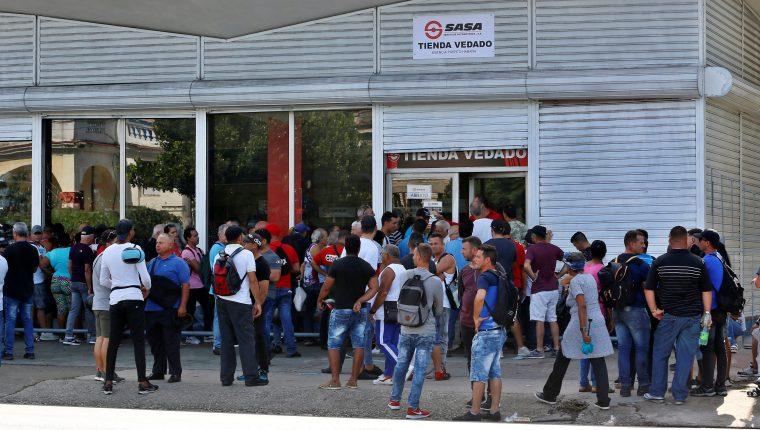 Televisores, aire acondicionado y refrigeradores son los más demandados. (Foto Prensa Libre: EFE)