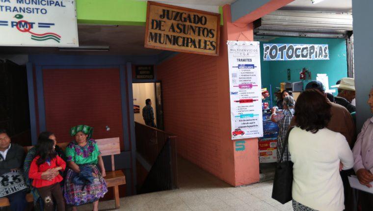 Abogado de usuaria del Juzgado de Asuntos Municipales señaló a dos trabajadores de cometer actos de corrupción. (Foto Prensa Libre: María Longo)
