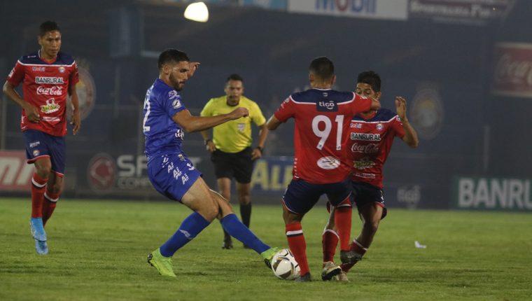Los chivos tropezaron en casa, luego de haber empatado sin goles contra Malacateco. (Foto Prensa Libre: Raúl Juárez).