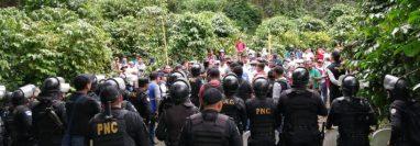 Agentes de la PNC dialogan con los invasores en San Marcos. (Foto Prensa Libre: Cortesía PDH).