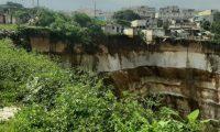 Área donde las viviendas están en riesgo en Ciudad Peronia. (Foto Prensa Libre: Andrea Domínguez).