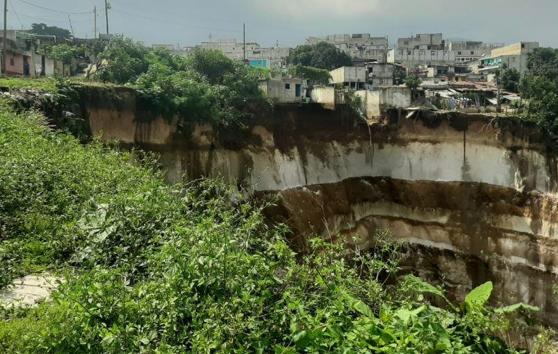 Vecinos abandonan sus viviendas porque estas podrían caer en barranco