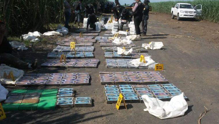 Paquetes con supuesta droga decomisada en finca de Escuintla. (Foto: Ejército de Guatemala).