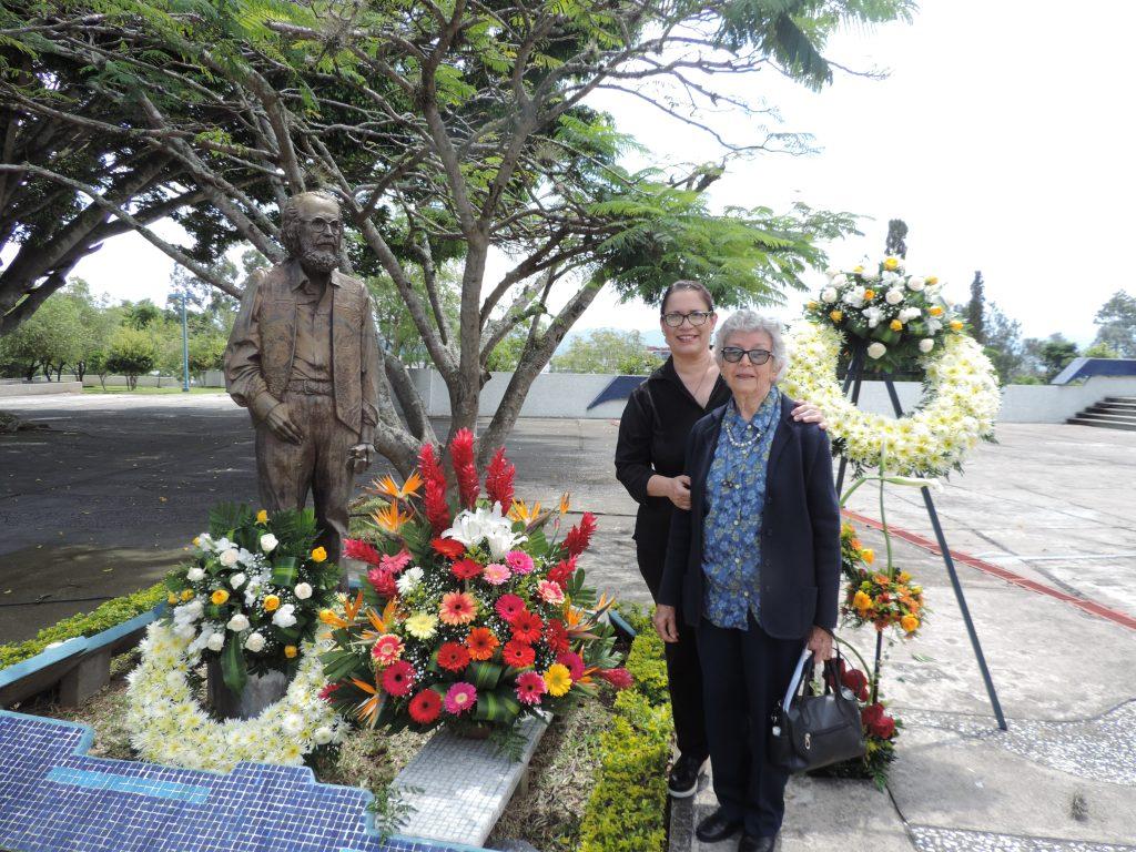 Lorena Recinos (hija) y Clemencia Recinos (hermana) de Efraín Recinos participaron en el homenaje al maestro este miércoles 2 de octubre en el Teatro Nacional. (Foto Prensa Libre: Ingrid Reyes).