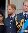 La duquesa de Sussex y su esposo, el príncipe Enrique, junto al príncipe Guillermo durante un acto militar en el palacio de Buckingham. Enrique reconoció que ha habido distanciamiento con su hermano. (Foto Prensa Libre: AFP)