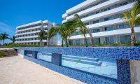 Frente a los edificios de hotel se encuentran 2 piscinas donde se impartirán clases de buceo. Fotografía Prensa Libre: Juan Diego González
