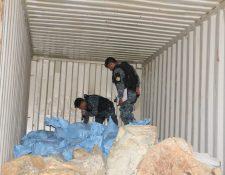 Agentes policiales, durante el operativo donde fueron decomisadas 10 toneladas de jade. (Foto Prensa Libre: PNC)