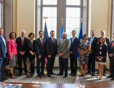 Empresarios guatemaltecos posan junto al secretario de Seguridad Nacional, Kevin McAleenan (centro). (Foto: Twitter/@DHSMcAleenan)
