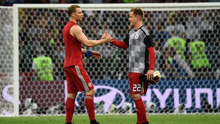 Neuer y Ter Stegen se saludan en una fotografía de archivo de la Selección de Alemania. (Foto Prensa Libre: Twitter @DFB_Team_ES)