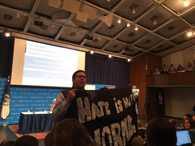 Video: Universitarios impiden a Kevin McAleenan hablar sobre migración
