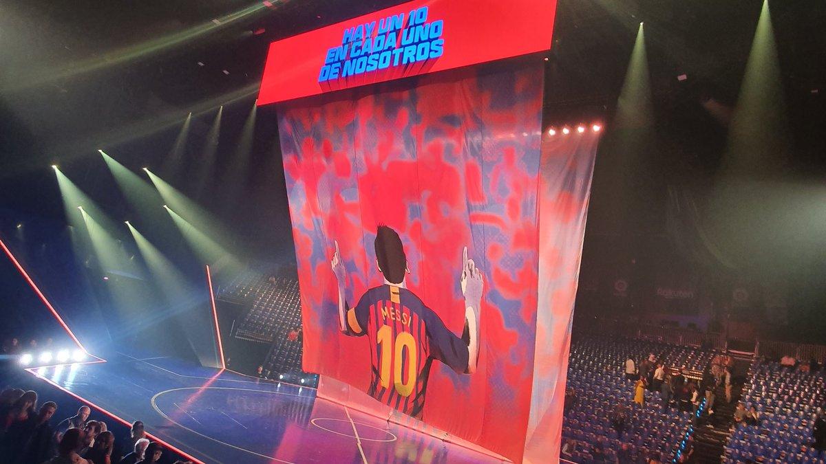 Messi 10: La mágica manera en la que 46 artistas de Cirque du Soleil convirtieron un escenario en un enorme campo de futbol