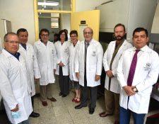 El embajador de EE. UU. en Guatemala, Luis Arreaga (tercero a la izquierda) inaugura programa de investigación bacteriana en el país. (Foto: Embajada de EE. UU)