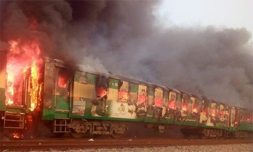 Un tren en Rahim Yar Khan, Pakistán, se incendió a causa de una explosión de gas. (Foto Prensa Libre: Dunya News)