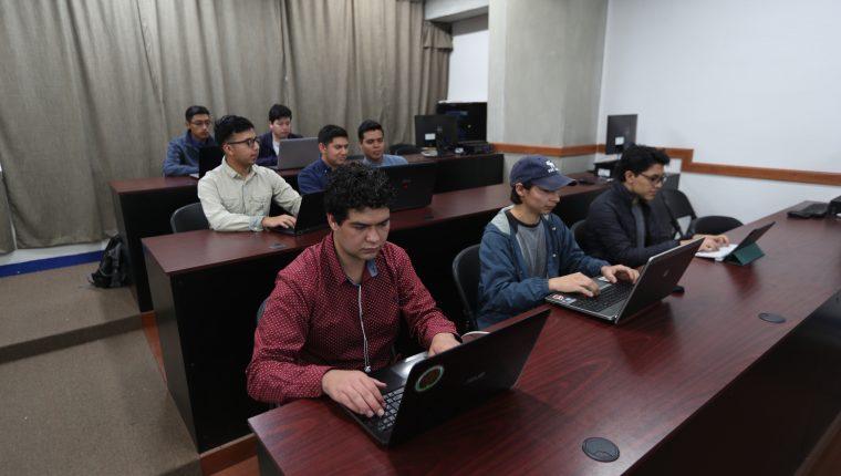 Los ocho estudiantes trabajaron durante cuatro meses para crear el software. (Foto Prensa Libre: María Longo)