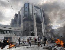 Manifestantes causan desmanes en la sede de la Contraloría de Ecuador. (Foto Prensa Libre: Hemeroteca)