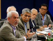 Édgar Godoy Samayoa -segundo de izquierda a derecha, con lentes-, ministro de Gobernación designado, durante una reunión con funcionarios de seguridad de El Salvador, en octubre. (Foto Prensa Libre: Hemeroteca PL)