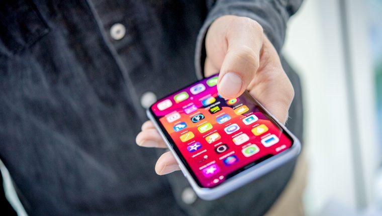 """Los modelos del iPhone 11 incorporan el """"haptic touch"""", que permite activar determinadas funciones presionando por cierto tiempo. (Foto Prensa Libre: DPA)"""