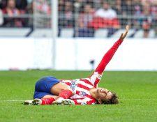 El delantero portugués del Atlético de Madrid, Joao Félix, se lamenta tras sufrir una lesión en su tobillo, durante el duelo contra el Valencia en el Wanda Metropolitano. (Foto Prensa Libre: EFE).