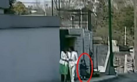 Supuesto fantasmas que aparece en video de José José. (Foto Prensa Libre: Tomada de video de YouTube)