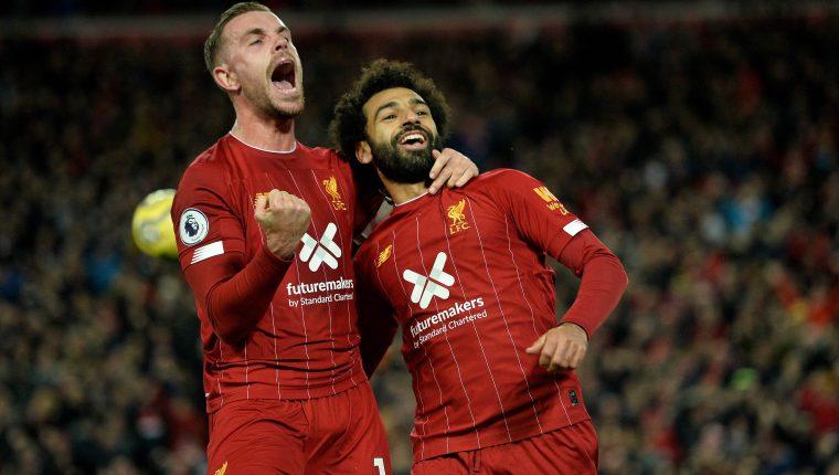 Mohamed Salah (derecha) celebra en el partido frente al Tottenham. (Foto Prensa Libre: AFP)