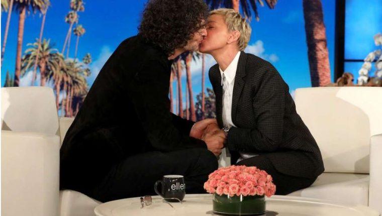 Momento del beso entre Ellen DeGeneres y Stern Howard. (Foto Michael Rozman/Warner Bros).