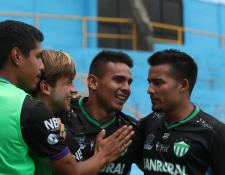 Los jugadores de Antigua GFC celebran el gol de Andrés Lezcano frente a Municipal. (Foto Prensa Libre: Francisco Sánchez)