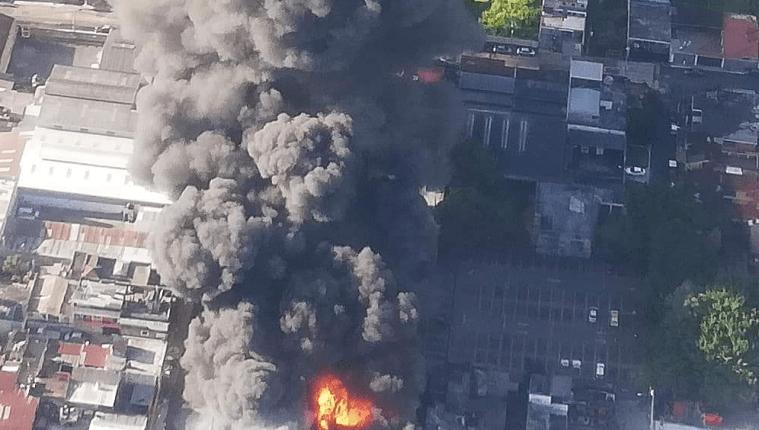 Así se ve desde el aire el incendio que afecta varias bodegas de plástico en la zona dos de Mixco. (Foto Prensa Libre: Cortesía Conred)