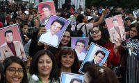 Una multitud de fanáticos del cantante José José espera el arribo de sus cenizas en Ciudad de México. (Foto Prensa Libre: EFE)