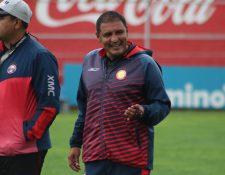 El técnico, Walter Horacio González, fue suspendido un partido por ingresar a la cancha en el juego ante Municipal. (Foto Prensa Libre: Raúl Juárez)