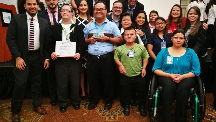 El programa Walmart Sin Barreras que actualmente tiene contratadas a 200 personas con discapacidad visual, auditiva, física y con síndrome de Down. (Prensa Libre: Cortesía)