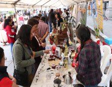 En su primer día la feria reunió cientos de personas que adquirieron productos realizados en el oriente. (Foto Prensa Libre: Raúl Juárez)