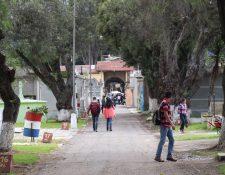 Más de cien mil personas se esperan que visiten el cementerio de Quetzaltenango. (Foto Prensa Libre: Raúl Juárez)