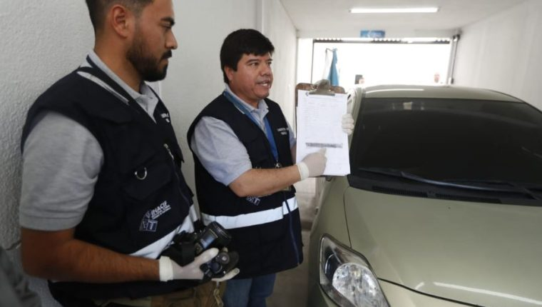 Personal del Inacif explica cómo es el peritaje de los automotores. (Foto Prensa Libre: Esbin García).